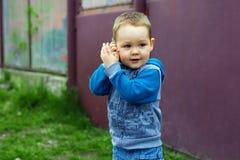 chłopiec naśladuje telefonu target4284_0_ zdjęcie royalty free