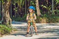 Chłopiec na bicyklu Łapiący w ruchu, na podjazdu ruchu Fotografia Stock