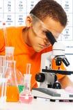 Chłopiec na chemii klasie zdjęcia stock