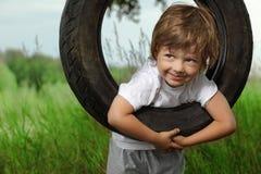 Chłopiec na huśtawce zdjęcie royalty free