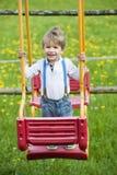 Chłopiec na huśtawce fotografia stock