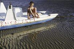 Chłopiec na lifeboat Włoska Adriatycka wybrzeże plaża Obrazy Royalty Free