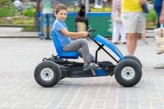 Chłopiec na pedałowym samochodzie zdjęcia stock