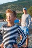 Chłopiec na plaży w pasiastej kamizelce Zdjęcia Royalty Free