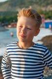 Chłopiec na plaży w pasiastej kamizelce Zdjęcia Stock