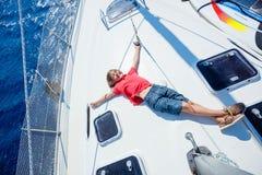 Chłopiec na pokładzie żeglowanie jachtu na lato rejsie Podróżuje przygodę, jachting z dzieckiem na rodzinnym wakacje Zdjęcie Stock