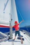 Chłopiec na pokładzie żeglowanie jachtu na lato rejsie Podróżuje przygodę, jachting z dzieckiem na rodzinnym wakacje Zdjęcia Stock