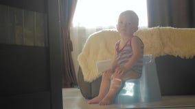 Chłopiec na potty w domu zbiory wideo