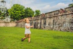 Chłopiec na tle fort Cornwallis w Georgetown, Penang, jest gwiazdowym fortem budującym Brytyjski Wschód India Firma wewnątrz zdjęcia stock