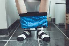 Chłopiec na toalecie z bokserem zwiera wokoło kostek Zdjęcia Stock