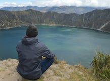 Chłopiec, nakrętka, Quilotoa krater, laguna, szmaragd fotografia royalty free