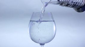 Ch?opiec nalewa wod? w szk?o zdjęcie wideo