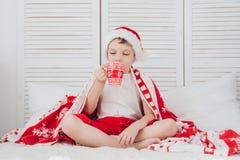 Chłopiec napoju kakao w kubku obraz royalty free