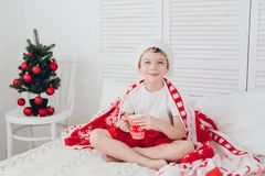 Chłopiec napoju kakao w kubku obraz stock