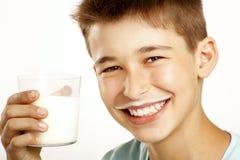 Chłopiec napoju mleko obraz royalty free