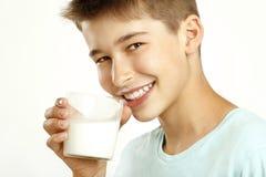 Chłopiec napoju mleko Zdjęcia Royalty Free