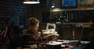 Chłopiec naprawia trutnia zdjęcie wideo