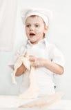 Chłopiec narządzania ciasto zdjęcie stock