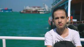 Chłopiec nastolatek cierpi od ruch choroby podczas gdy na łódkowatej wycieczce Strach podróżować podczas a lub choroba wirus zdjęcie wideo