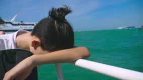 Chłopiec nastolatek cierpi od ruch choroby podczas gdy na łódkowatej wycieczce Strach podróżować podczas a lub choroba wirus zbiory wideo