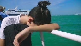 Chłopiec nastolatek cierpi od ruch choroby podczas gdy na łódkowatej wycieczce Strach podróżować podczas a lub choroba wirus zbiory