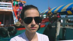 Chłopiec nastolatek cierpi od ruch choroby podczas gdy na łódkowatej wycieczce Strach podróżować podczas a lub choroba wirus obrazy royalty free