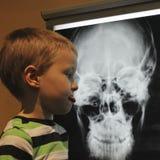 Chłopiec Nie pochwalać promieniowanie rentgenowskie przy odkrycie dzieci ` s Museu Zdjęcia Stock