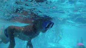 Chłopiec nur w pływackim basenie, podwodny krótkopęd zdjęcie wideo