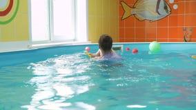 Chłopiec Nurkować Podwodny z instruktorem zdjęcie wideo