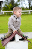 Chłopiec obsiadanie na małym dachu Obraz Stock