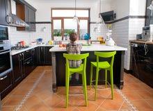 Chłopiec obsiadanie przed stołem w kuchni Zdjęcia Stock