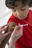 Chłopiec odbiorcza szczepionka w ręce fotografia stock