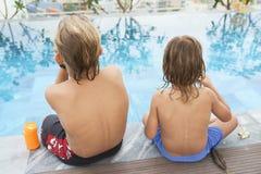 Chłopiec odpoczywa basenem obraz stock