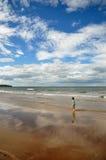 Chłopiec odprowadzenie na plaży obraz royalty free