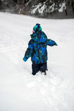 Chłopiec odprowadzenie w Głębokim śniegu Fotografia Stock