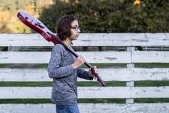 Chłopiec odprowadzenie z czerwoną gitarą Zdjęcie Stock