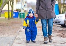 Chłopiec odprowadzenie z jego matką Zdjęcie Stock
