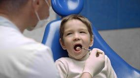 Chłopiec odwiedza dentysty i patrzeje okaleczający Obrazy Royalty Free