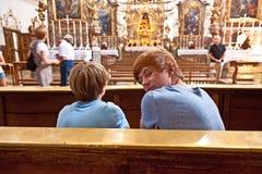 Chłopiec odwiedza sławny przyklasztornego Andechs obrazy stock