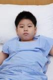 Chłopiec odzieży cierpliwy kostium w łóżku szpitalnym Zdjęcia Royalty Free