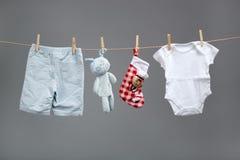 Chłopiec odziewa z Santa torbami na clothesline fotografia royalty free
