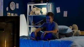 Chłopiec ogląda śmiesznego przedstawienie na TV obrazy stock