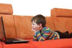 Chłopiec ogląda ekran komputerowego fotografia stock