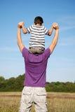 chłopiec ojcuje jego siedzących ramiona Zdjęcia Royalty Free