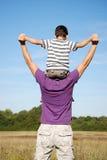 chłopiec ojcuje jego siedzących ramiona Obraz Stock