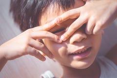 Chłopiec oko patrzeje przez jego ręki obrazy royalty free