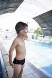 Chłopiec ono uśmiecha się przy basenem Obrazy Royalty Free
