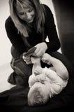 chłopiec opatrunku matka obrazy stock