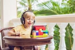 Chłopiec opowiada z przyjaciółmi i rodziną na wideo wezwania usi w zwrotnikach Obraz Royalty Free
