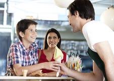 Chłopiec Otrzymywa Vanilla Ice śmietanki rożek Od kelnera matką Fotografia Royalty Free